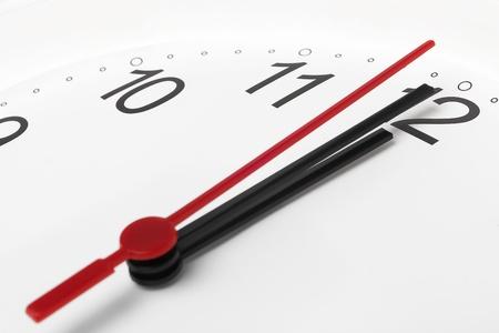 Klok en de tijd dringt op een witte achtergrond