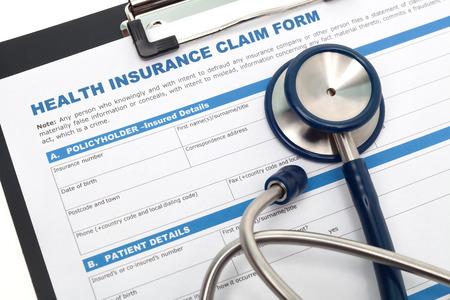 reclamo: M�dico y formulario de reclamaci�n de seguro de salud con el estetoscopio en el portapapeles