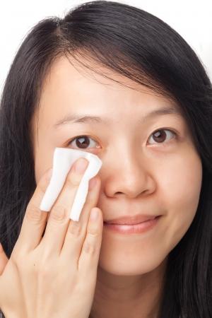 아시아 젊은 여자 클렌징 얼굴