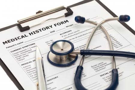 Formulario de historial médico en el portapapeles con estetoscopio