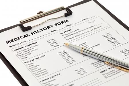 Patiënt medische geschiedenis formulier met pen geïsoleerd op witte achtergrond