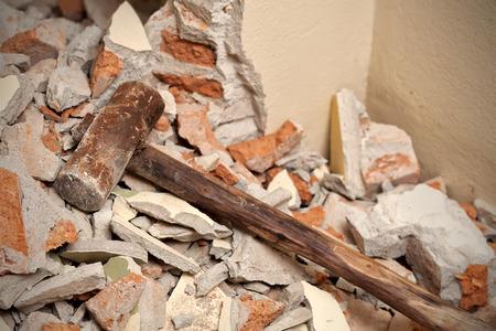 깨진 벽돌과 시멘트에 오래 된 나무 망치