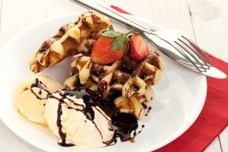 초콜릿 소스와 와플과 아이스크림
