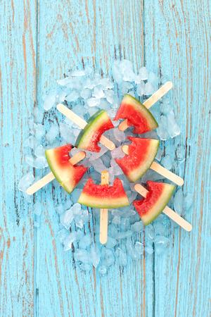 수박 아이스 캔디 맛있는 신선한 여름 과일 달콤한 디저트 빈티지 오래된 나무에 티크 블루 스톡 콘텐츠