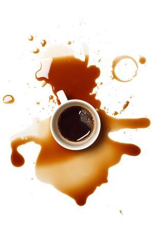 커피 유출 오염 사고는 흰색 배경을 드롭 스톡 콘텐츠