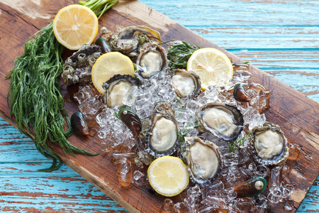 ostra: Oyster marisco eneldo lim�n mejill�n fresco asia aperitivo de lujo Foto de archivo