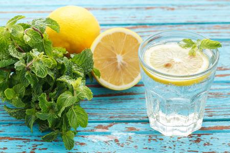 레몬 소다 민트 신선한 음료 여름 음료 및 다과, 아직 인생을 파란색 배경에 나무 티크