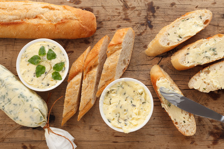 마늘 빵 버터 바베큐 백리향 로즈마리 오레가노 신선한 잘게 잘린 이탈리아 음식 스낵 맛있는