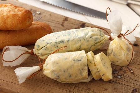 mantequilla: ajo compuesto pan de hierbas mantequilla de tomillo baguette romero cilantro or�gano fresco picado hecho en casa merienda comida italiana sabrosa Foto de archivo