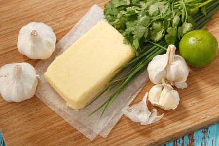 comida italiana: compuesto de ingredientes de mantequilla de cilantro hierba ajo lim�n fresco cebolla verde casera comida italiana sabrosa