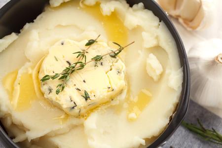 ajo: pur� de patatas compuesto de hierbas mantequilla de tomillo baguette romero or�gano cilantro fresco picado merienda comida casera sabrosa
