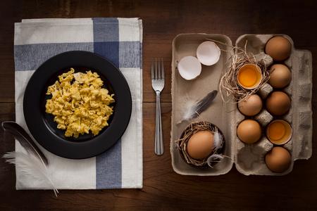 aves de corral: comer huevos revueltos aplanada naturaleza muerta Foto de archivo