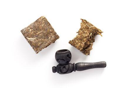 Unkraut Marihuana Haschisch weißem Hintergrund Kraut Gesundheit Medizin alternative Holzpfeife