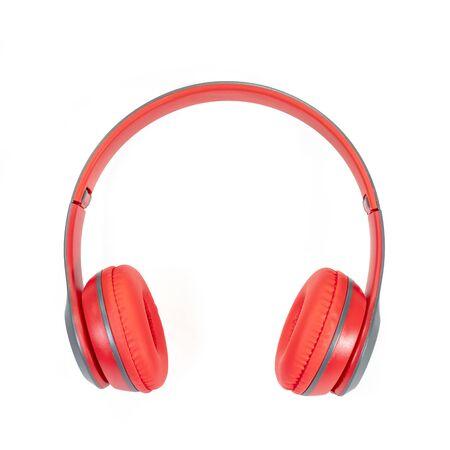 El cierre para arriba de los auriculares inalámbricos rojos modernos aislados en el fondo blanco. Foto de archivo