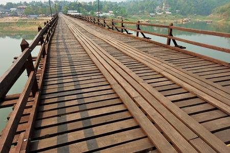 derrumbe: La vieja madera Puente Puente Puente colapso a trav�s del r�o y el puente de madera lun puente en Sangklaburi Tailandia