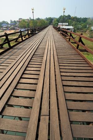 derrumbe: La vieja madera Puente Puente Puente colapso a través del río y el puente de madera lun puente en Sangklaburi Tailandia