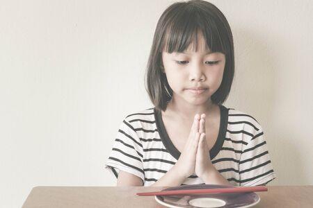 agradecimiento: Agradecido. Muchacha de los niños doblan las manos a Gracias a Dios por mi cena de hoy - Efecto Filtro vintage