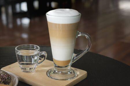 Selectieve aandacht witte kopje koffie, latte op de houten tafel. Stockfoto