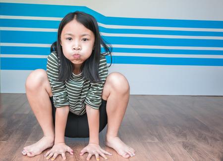 Belle petite fille joyeuse à faire un geste de grenouille. Concept kid fun et heureux.
