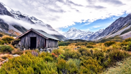 log cabin: Shelter and Mount Cook  New Zealand