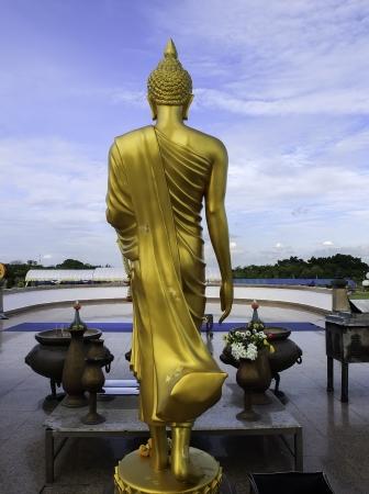 monjes: parte posterior de la estatua de Buda de oro Foto de archivo