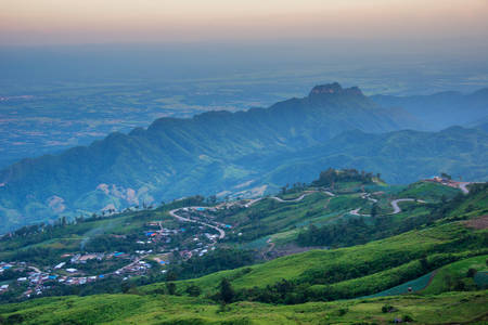 over the hill: Vista a�rea sobre la colina del norte de Tailandia