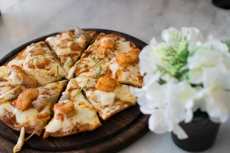 食べる準備ができてトレイ上のピザ 写真素材