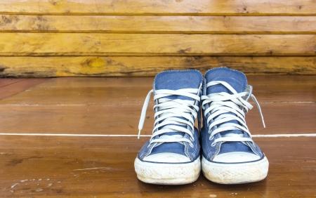 木製の床に青スニーカー