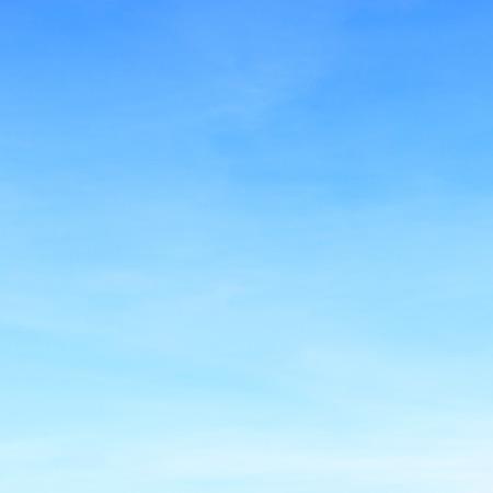 Fantásticas las nubes blancas suaves contra el cielo azul.