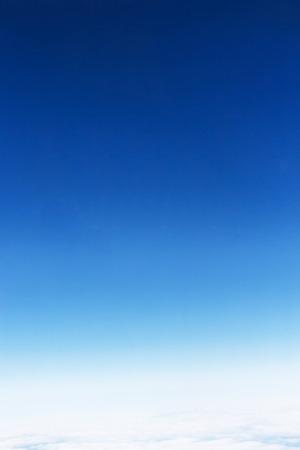 Fantastische zachte witte wolken tegen de blauwe hemel, neem een foto op het vliegtuig.