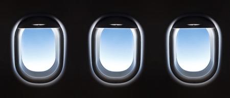 飛行機の窓と幻想的な柔らかな白い雲と青い空。 写真素材 - 41966046