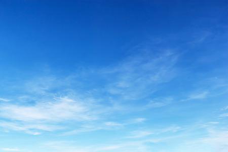 Fantásticas las nubes blancas suaves contra el cielo azul. Foto de archivo - 41966417
