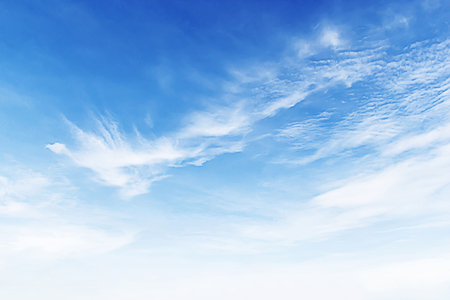 柔らかな白い雲青空の背景に素晴らしい。 写真素材