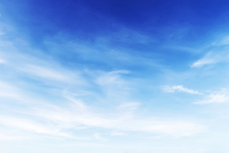 青空の背景でソフト フォーカス幻想的な柔らかな白い雲。 写真素材 - 45021848