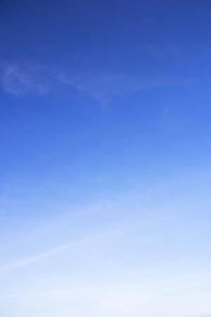Blauer Himmel Hintergrund und weiße Wolken Weichzeichner und Kopierraum.