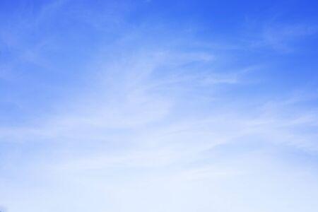 Fond de ciel bleu et nuages blancs flou et espace copie.