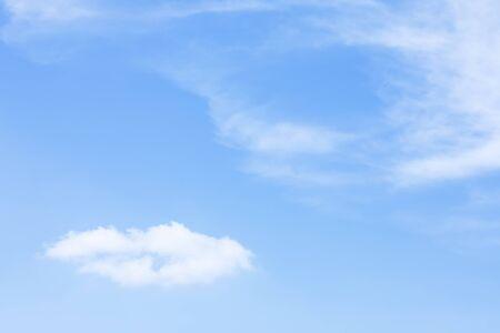 Blauer Himmel Hintergrund und weiße Wolken Weichzeichner und Kopierraum. Standard-Bild