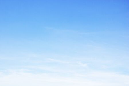 Fantásticas nubes blancas suaves contra el cielo azul y copie el espacio