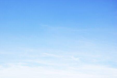Fantastische zachte witte wolken tegen blauwe lucht en kopieer ruimte
