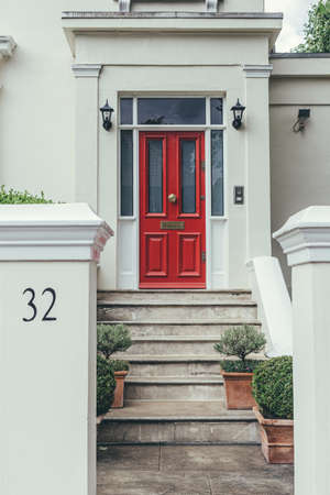 London/UK-30/7/18: red door on a facade of traditional English terraced house in St John's Wood. St John's Wood is an affluent neighborhood, the fifth most expensive in London according to Forbes Redactioneel