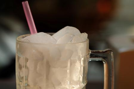 ice crushed: Gemalen ijs in een glas water. Stockfoto