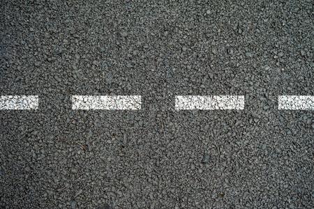Die Linien auf der Asphaltfahrbahn. Standard-Bild - 54599726