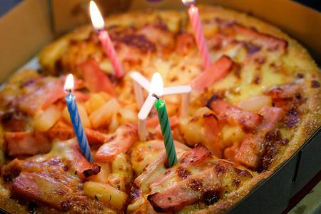 Pizza mit Kerzen um einen Geburtstag zu feiern, mit selektiven Fokus Standard-Bild - 61624052