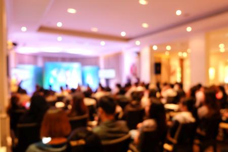 Resumen borrosa un montón de personas en la conferencia o seminario