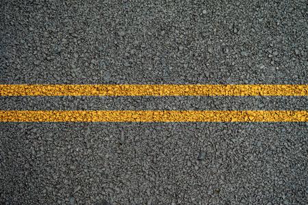 途中でアスファルトの道路に黄色の二重線。 写真素材