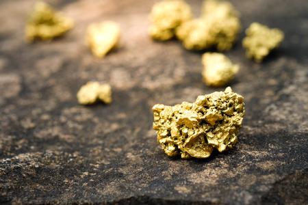 Een brok goud op een stenen vloer