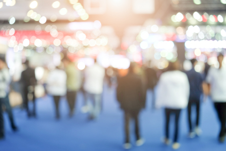 추상적 인 배경을 박람회 이벤트에서 많은 사람들이 흐려.