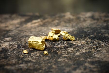 Das reine Golderz in der Mine auf einem Steinboden gefunden Standard-Bild