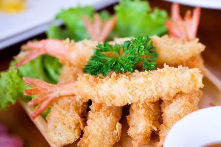 Fried shrimp ball or Tempura Shrimps in wood plate on the table Imagens