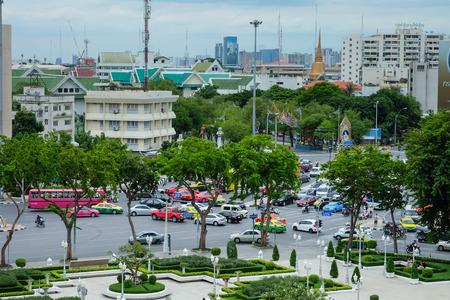 Bangkok, Thailand - June 25, 2017: High Angle Traffic Road in front of Loha Prasat Wat Ratchanatda 新聞圖片